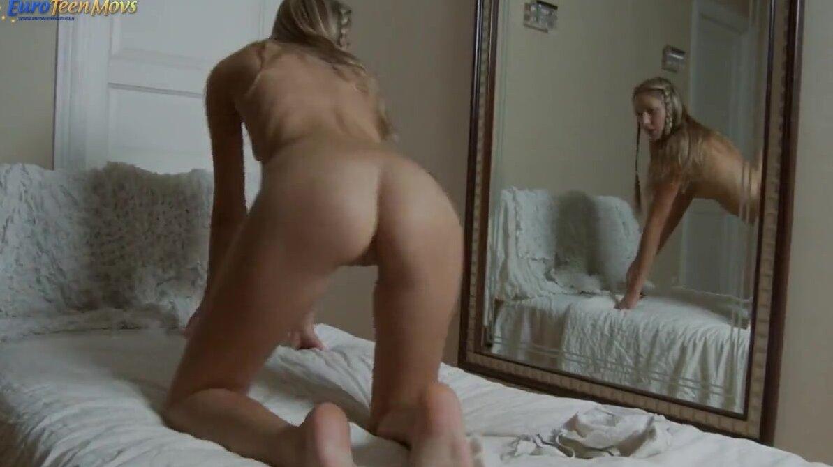 Сексуальная каштанка мастурбирует киску и кончает на диване