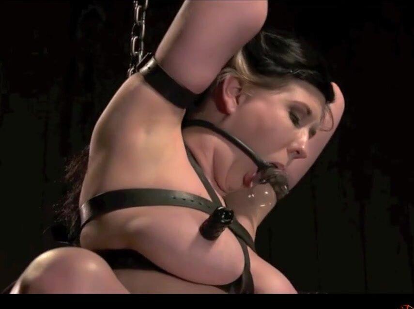 БДСМ порнуха с телкой, которую хлестают, дрочат и поливают воском