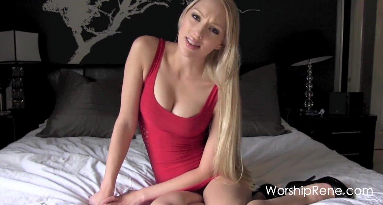 Блондинка снимает боди и позирует в чулках