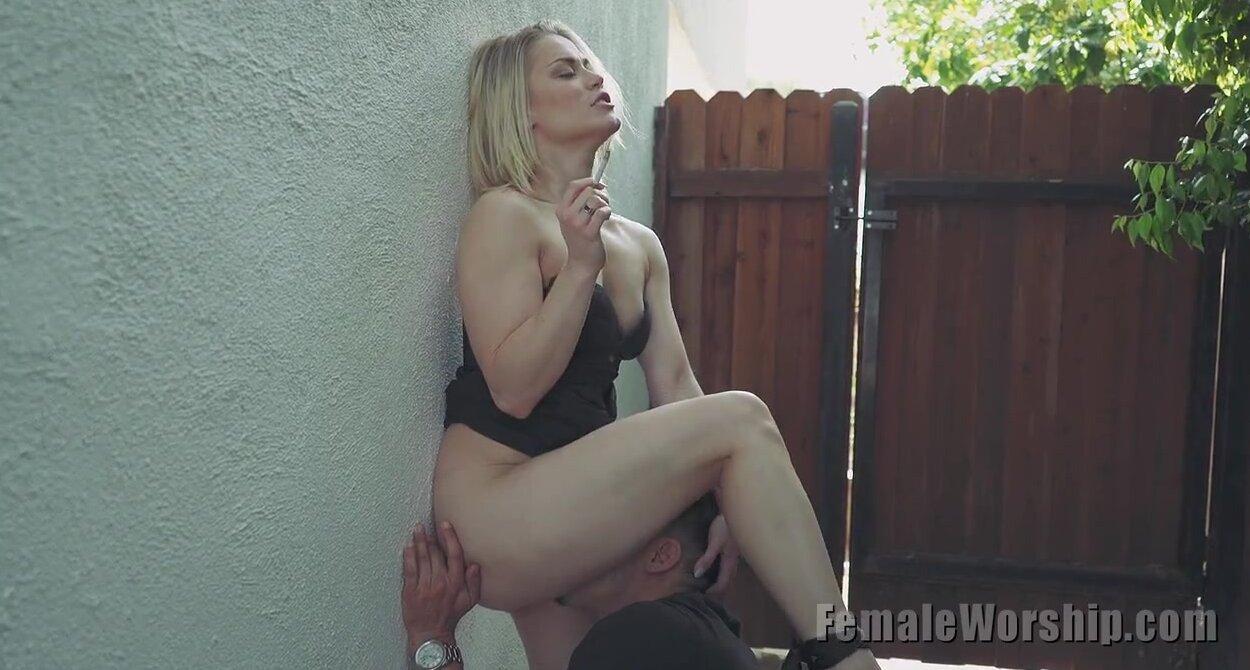 Блондинка завела любовника во двор и заставила лизать киску