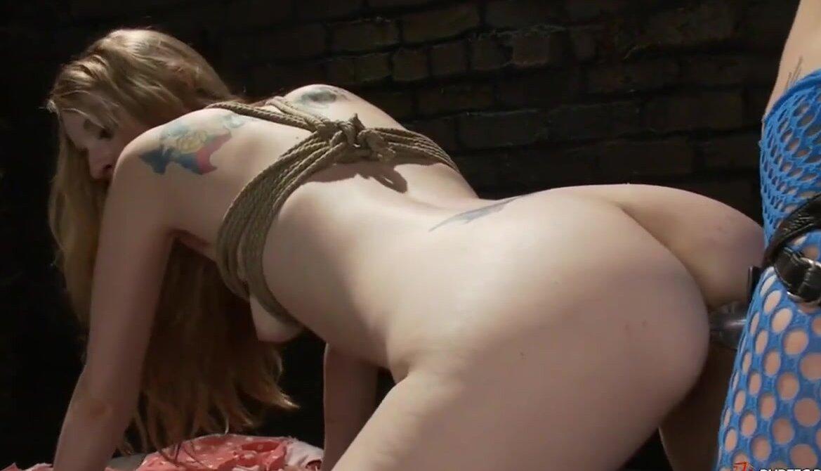 Брюнетка в чулках Елена Вега испытывает разные виды секс игрушек