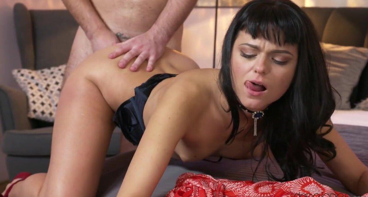 Поцелуи с девушкой на балконе продолжаются порно в постели.