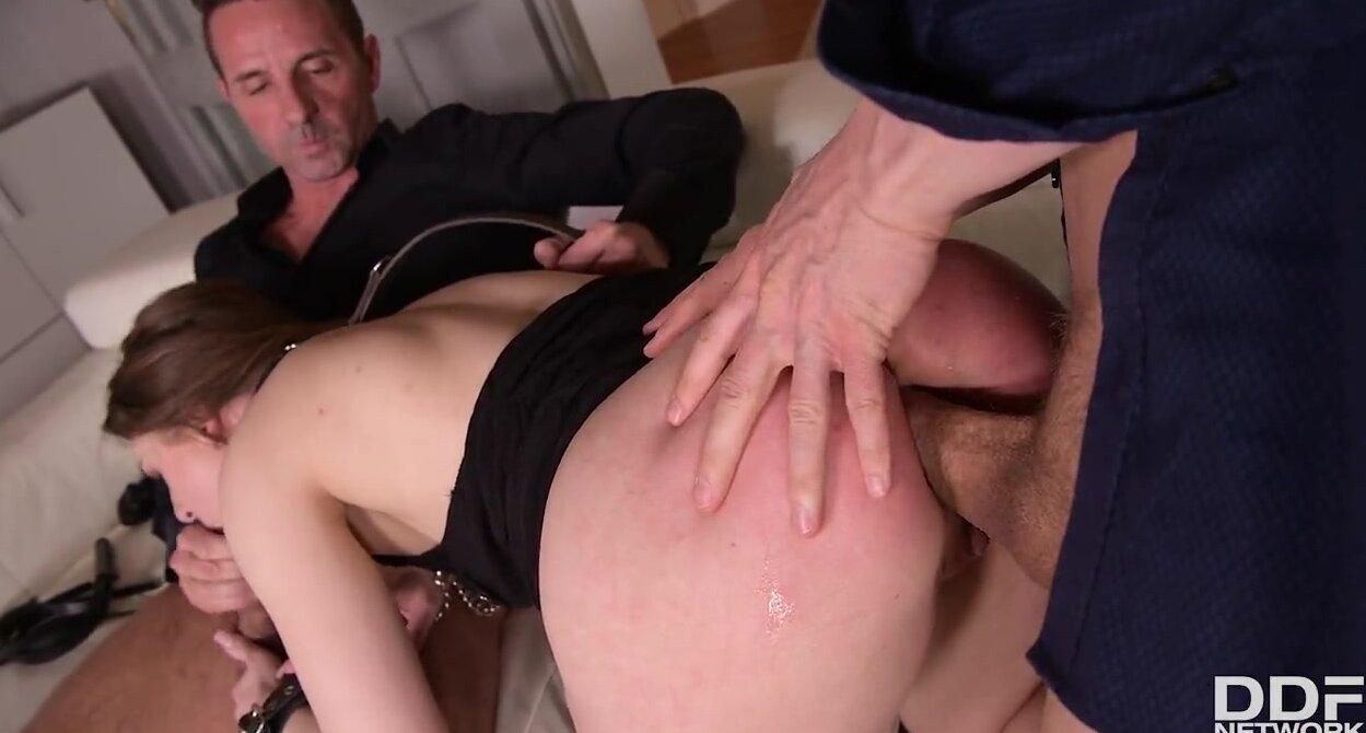 Девушка во время группового анала получила двойное проникновение с оргазмом