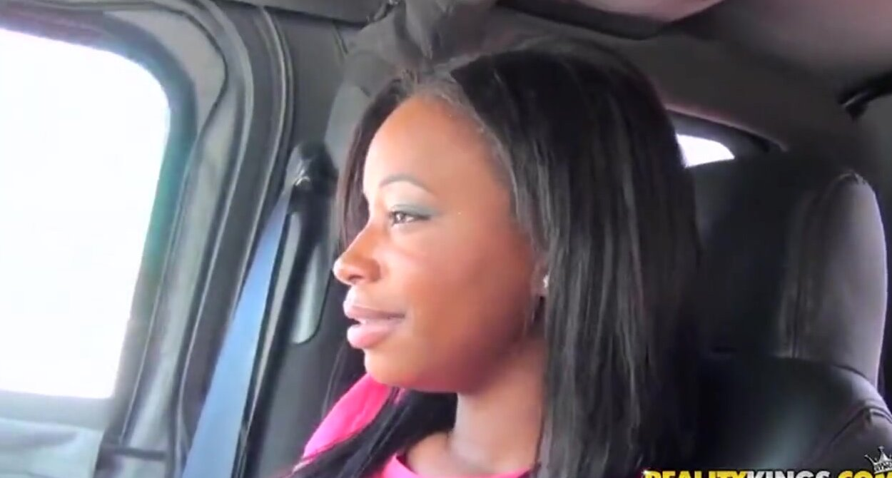 Негритянская девушка от первого лица выебана