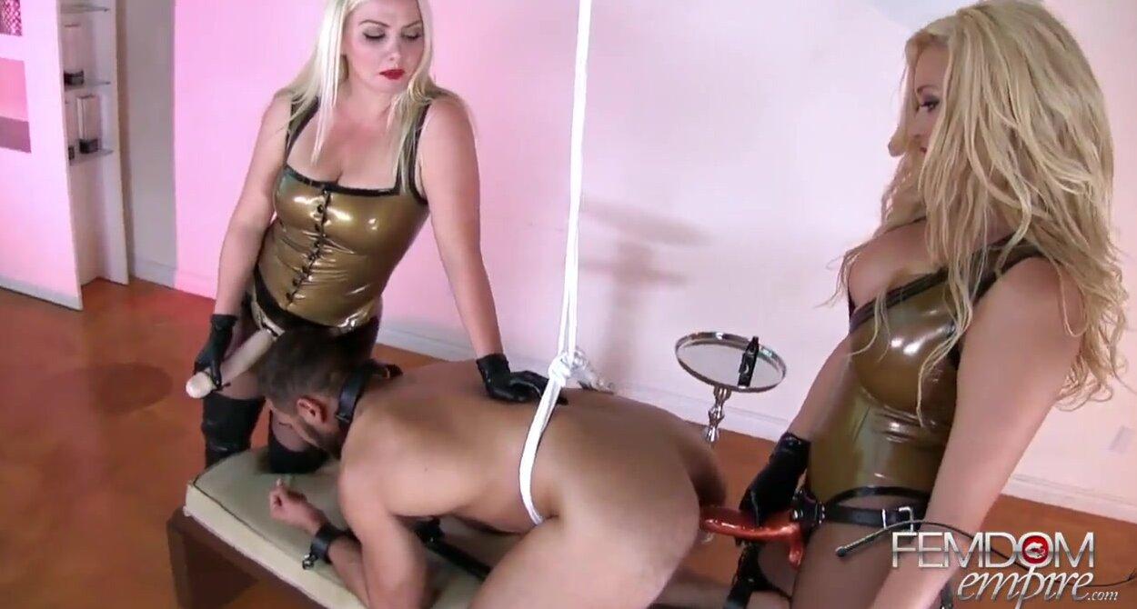 Две доминирующие блондинки трахают мужика толстыми страпонами