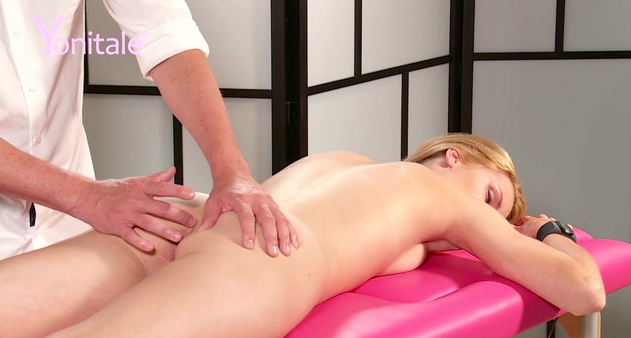 Рыжую девушку на массаже доводят до оргазма вибратором лицом вниз